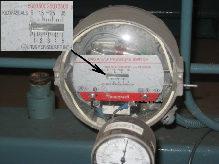 Low gas pressure supervisory pressure switch on a boiler